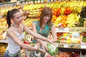 zwei Freundinnen beim einkaufen